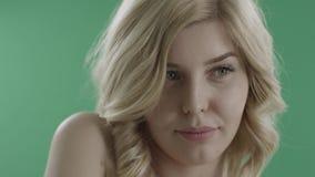 Giovane fronte femminile attraente, fine su contro lo schermo verde stock footage