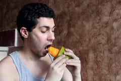 Giovane frutta mangiatrice di uomini araba del mango Immagine Stock
