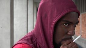 Giovane fumo maschio urbano archivi video