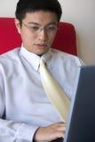 Giovane funzionamento asiatico dell'imprenditore Immagine Stock Libera da Diritti