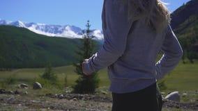 Giovane funzionamento atletico della donna sulla traccia di montagna La POV segue la camma Allenamento di tramonto in natura Movi archivi video