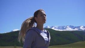 Giovane funzionamento atletico della donna sulla traccia di montagna La POV segue la camma Allenamento di tramonto in natura Movi video d archivio
