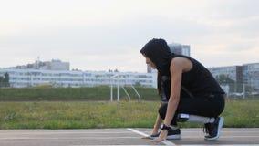 Giovane funzionamento del corridore della donna di forma fisica sulla strada allo stadio archivi video