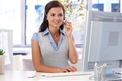 Giovane funzionamento dell'operatore di servizio di assistenza al cliente Immagine Stock Libera da Diritti