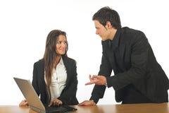 Giovane funzionamento dell'uomo d'affari e della donna di affari fotografie stock