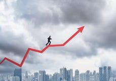 Giovane funzionamento dell'uomo d'affari sulla freccia del grafico Immagine Stock