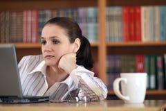 Giovane funzionamento della donna di affari    Immagini Stock