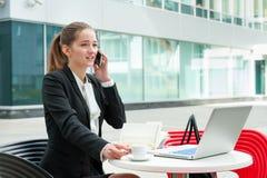 Giovane funzionamento della donna di affari Immagini Stock Libere da Diritti