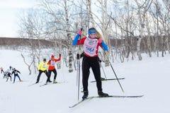 Giovane funzionamento della sportiva sugli sci nella foresta di inverno Fotografia Stock Libera da Diritti