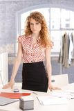 Giovane funzionamento femminile attraente dello stilista immagini stock libere da diritti