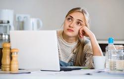 Giovane funzionamento femminile stanco delle free lance Immagine Stock
