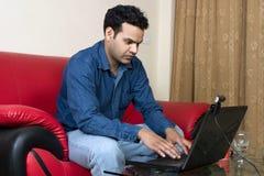 Giovane funzionamento indiano dalla casa Fotografia Stock Libera da Diritti