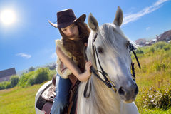Giovane galoppo del cowgirl sul cavallo bianco Fotografia Stock Libera da Diritti