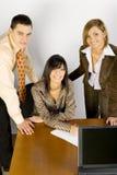 Giovane gente di affari all'ufficio immagini stock
