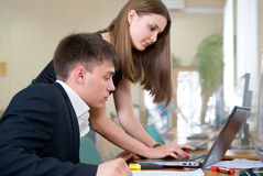 Giovane gente di affari del lavoro in un codice categoria del calcolatore Immagini Stock Libere da Diritti