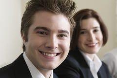 Giovane gestore sorridente della femmina e dell'uomo d'affari. Immagine Stock