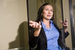 Giovane gesturing della donna di affari Fotografia Stock