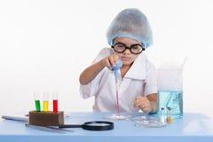 Giovane getto della sgocciolatura del chimico su polvere Immagine Stock Libera da Diritti
