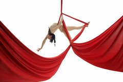Giovane ginnasta snella che si esercita sul panno aereo Immagine Stock Libera da Diritti