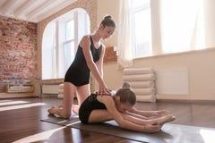 Giovane ginnastica delle ballerine Aiuto di amicizia Fotografia Stock Libera da Diritti