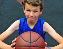 Giovane giocatore con una pallacanestro Fotografia Stock Libera da Diritti