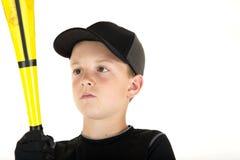 Giovane giocatore di baseball del ragazzo che esamina il suo pipistrello immagine stock libera da diritti