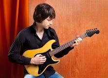 Giovane giocatore di chitarra del indie di schiocco di sembrare britannico della roccia Immagini Stock Libere da Diritti