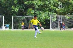 Giovane giocatore di football americano del CLUB di CALCIO di CHIANGMAI 700 ANNI Fotografie Stock Libere da Diritti