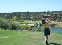 Giovane giocatore di golf che colpisce un colpo piacevole del T Fotografie Stock