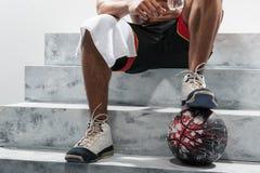 Giovane giocatore di pallacanestro dopo l'allenamento Immagini Stock Libere da Diritti