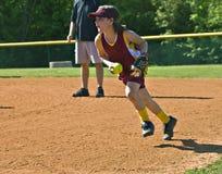 Giovane giocatore di softball immagine stock