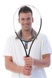 Giovane giocatore di tennis che sorride felicemente Fotografia Stock Libera da Diritti