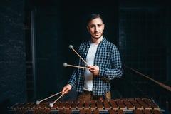 Giovane giocatore maschio dello xilofono con i bastoni in mani Fotografia Stock Libera da Diritti