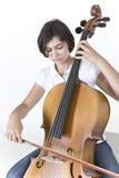Giovane giocatore serio del violoncello Fotografie Stock
