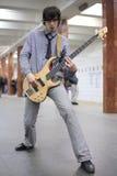 Giovane gioco del musicista sulla chitarra alla stazione di metropolitana Fotografia Stock Libera da Diritti