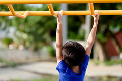 Giovane gioco del ragazzo con la barra gialla Fotografie Stock Libere da Diritti