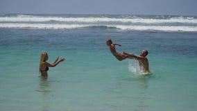 Giovane gioco della famiglia sul mare Immagine Stock Libera da Diritti