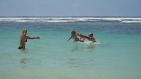 Giovane gioco della famiglia sul mare Fotografia Stock