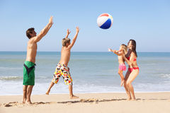 Giovane gioco della famiglia sulla spiaggia Fotografie Stock Libere da Diritti