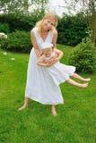 Giovane gioco della figlia e della madre Fotografia Stock