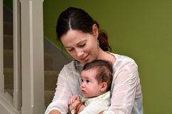 Giovane gioco della madre con il suo bambino a casa Fotografie Stock Libere da Diritti