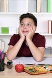 Giovane giorno dello studente che sogna o che si rilassa alla scuola Fotografia Stock Libera da Diritti