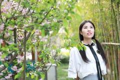 Giovane gioventù adorabile adorabile sveglia felice cinese asiatica dello studente in un giardino del parco all'aperto di estate Immagini Stock