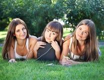 Giovane girlswith felice un calcolatore del ridurre in pani Fotografia Stock Libera da Diritti