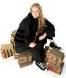 Giovane giudice biondo che si siede sui libri di legge di 70 anni Fotografia Stock