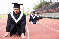 Giovane graduazione pronta a correre sulla pista Fotografia Stock