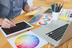 Giovane grafico creativo che lavora ai campioni architettonici del disegno e di colore di progetto, coloritura di selezione sul g fotografia stock libera da diritti