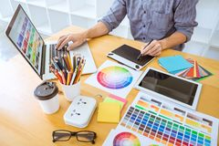 Giovane grafico creativo che lavora al progetto architettonico immagine stock