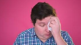 Giovane grasso, pulente il sudore con un fazzoletto stock footage