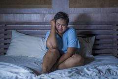 Giovane grasso triste e depresso e gridare disperato asiatico paffuto di ribaltamento di sensibilità della ragazza e sulla vittim fotografia stock libera da diritti